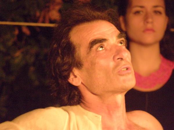 """""""Αίας"""" στο θέατρο Αλκμήνη. Ο Γιάννης Τράντας πιάνει το νήμα και μας μεταφέρει από τον αρχαίο χιτώνα στην άσπρη, σκισμένη νυχτικιά."""