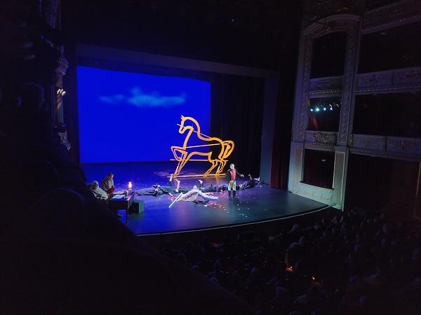 """""""Πόλεμος και ειρήνη στο Δημοτικό θέατρο Πειραιά, μία από τις πιο δυνατές παραστάσεις της χρονιάς"""" γράφει η Ίριδα Ζορμπά"""