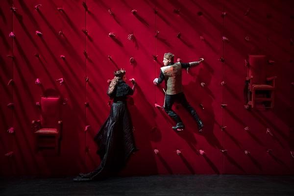 """""""Μόνοι μαζί - διαδικτυακή προβολή της παράστασης Μάκμπεθ"""" από το Δημοτικό θέατρο Πειραιά"""