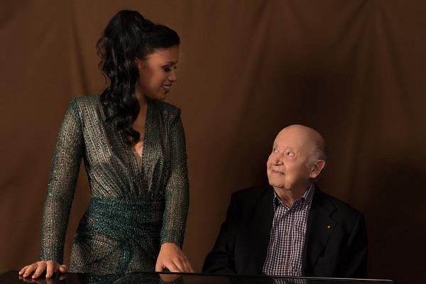 Ο Μίμης Πλέσσας συναντά την εξωτική Rosanna Mailan και το αποτέλεσμα… στην οθόνη σας!