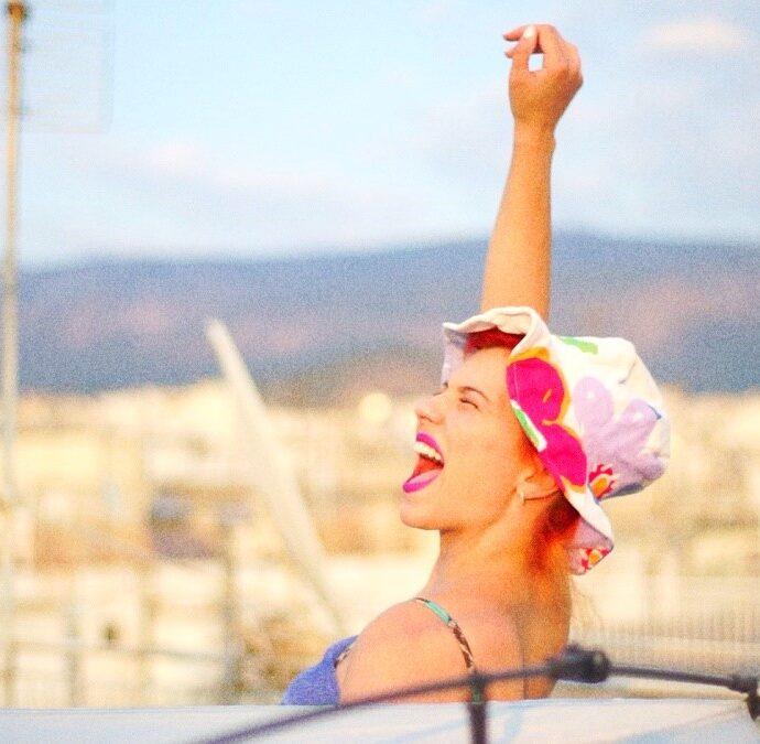 """""""Ο κόσμος ένα πάρτυ"""" νέο single από την Πέννυ Μπαλτατζή"""