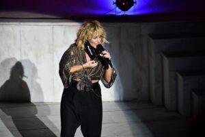 """""""Η Ελεωνόρα Ζουγανέλη σε συνεπαίρνει όπου κι αν τραγουδήσει"""" γράφει η Ίριδα Ζορμπά"""