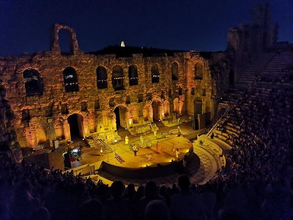 """""""Βάκχες του Ευρυπίδη"""", σύγχρονη κι ευρηματική σκηνοθεσία και μουσική από τον Σ.Κορκολή συνθέτουν την επιτυχία της παράστασης"""