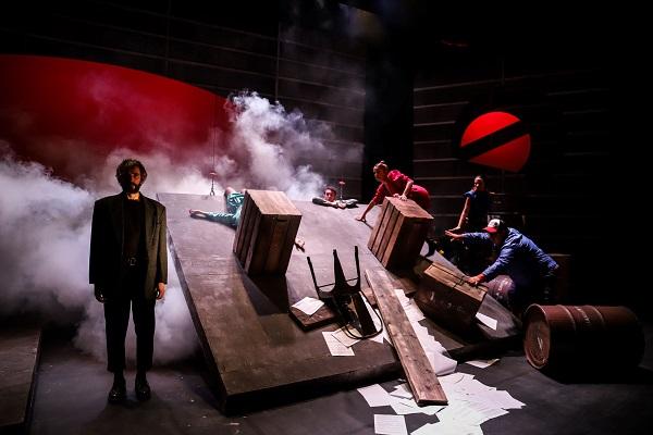 """""""Ρινόκερος"""" η παράσταση που αγαπήθηκε επιστρέφει από τις 16 Οκτωβρίου στο θέατρο Κιβωτός"""