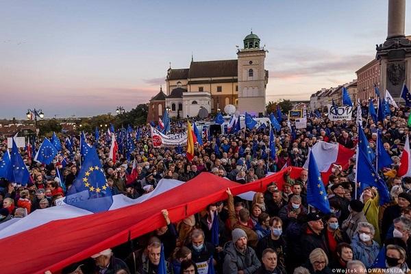 Πολωνικό Συνταγματικό Δικαστήριο: παράνομο και ακατάλληλο να ερμηνεύσει τον νόμο